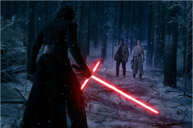 Vilão Kylo Ren enfrenta Finn e Rey em cena de Star Wars: O Despertar da Força. Foto: Disney/Diuvlgação