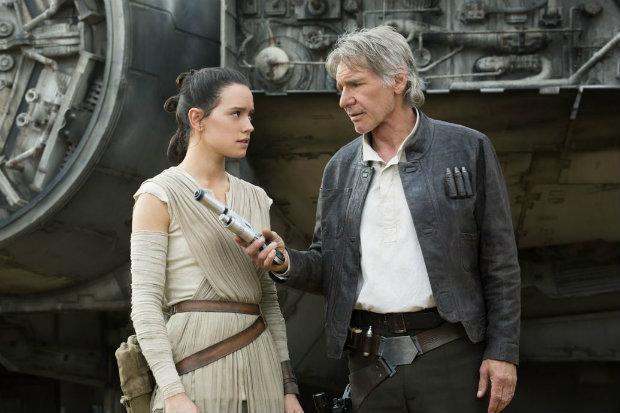 Rey (Daisy Ridley) e Han Solo (Harrison Ford) em cena de O Despertar da Força. Foto: Disney/Divulgação