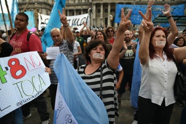 Protesto contra o governo do presidente argentino Mauricio Macri em 17 de dezembro em Buenos Aires. Foto: Eitan Abramovich/AFP