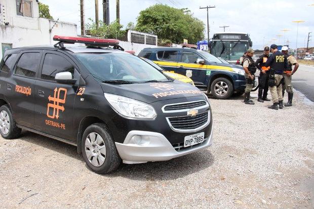 Durante as blitze, a Polícia Federal disponibiliza um ônibus adaptado para a realização de palestras e vai distribuir material informativo além de realizar testes com o bafômetro. Foto: Paulo Maciel/Detran-PE