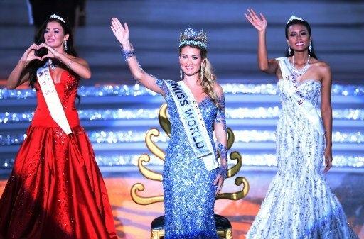 A vencedora do Miss Mundo 2015, a espanhola Mireia Lalaguna Rozo (centro), acompanhada da miss Rússia, Sofia Nikitchuk (esq.), e da miss Indonésia, Maria Harfanti (dir.). Foto: AFP Photo/Arquivo