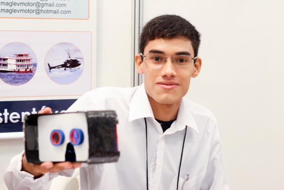 Gabriel de Oliveira está concluindo o 3º ano na Escola Estadual Benjamin Magalhães Brandão, em Manaus, e desenvolveu o óculos de realidade virtual em fibra de carbono. Foto: Lana Santos / Agência Fapeam