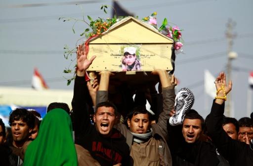 Iraquianos durante o funeral de um soldado morto em possível caso de 'fogo amigo' em Bagdá Foto: AFP Haidar Hamdani