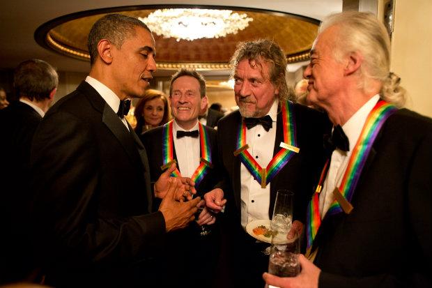 Casal Obama é bastante envolvido com o mundo da música. Na imagem, presidente conversa com o Led Zeppelin, após homenagem em 2012. (Foto: Domínio público)