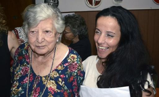 María 'Chicha' Mariani ao lado da mulher que supostamente seria sua neta. Foto: Télam/AFP/Arquivos Carlos Cermele