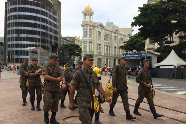 Após a fiscalização na Comunidade do Pilar, os agentes vão inspecionar a área comercial do Bairro do Recife. Foto: Sávio Gabriel/DP/D.A Press