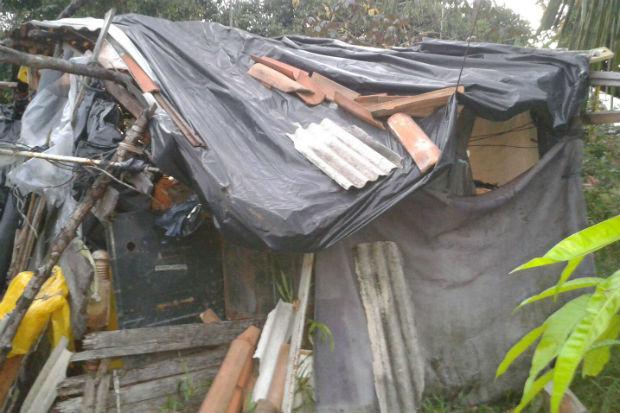 Família morava há anos neste barraco de madeira, coberto por plásticos. Foto: cabo Adriana Ventura/ Cortesia