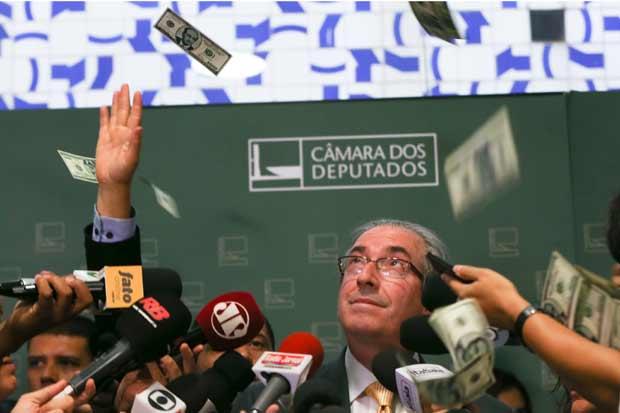 Dólares são jogados em Eduardo Cunha durante entrevista coletiva no Salão Verde da Câmara. Foto: Lula Marques.
