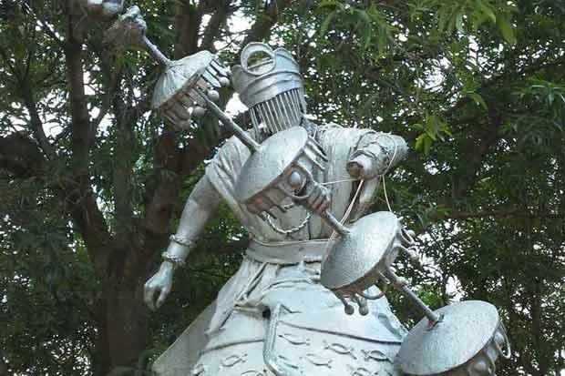 O morador de rua amarrou a estátua para que o cajado e a mão da entidade não caíssem no chão. Foto: Ògan Luiz Alves.