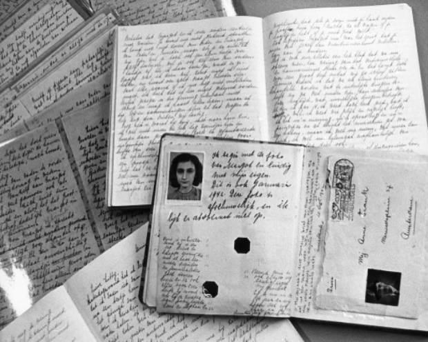 Imagem não datada do passaporte de Anne Frank e páginas de seu diário expostos na casa em que viveu com sua família, em Amsterdam, Holanda. Foto: ANP/AFP/Arquivos DESK