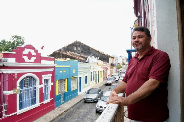 O artesão Enoque José da Silva diz sentir os efeitos da crise na procura por casas durante o carnaval. Foto: Mariana Fabrício/DP.