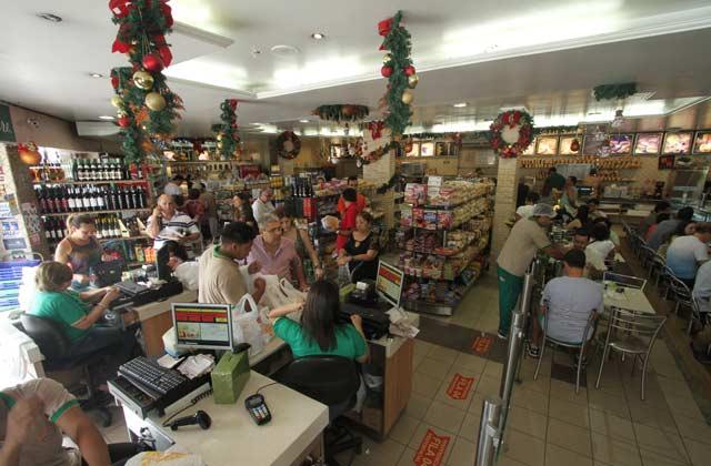 Mesmo com aumento dos preços, clientes de padarias tradicionais não abrem mão dos ingredientes da ceia. Foto: Peu Ricardo/Esp DP