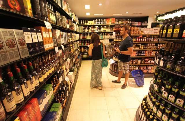 Para o gerente da Casa dos Frios, os vinhos caíram no gosto do recifense, aumentando a procura também nesta época do ano. Foto: Peu Ricardo/Esp DP