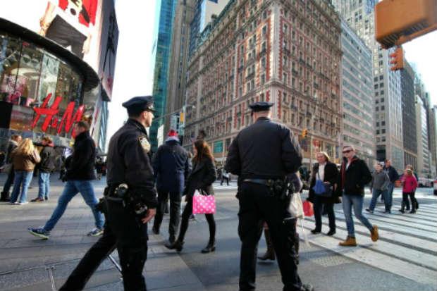 Policiais patrulham as ruas de Nova York antes da virada do ano. Foto: AFP JEWEL SAMAD