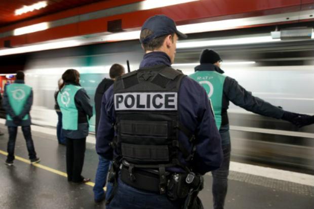 Policial é visto em estação de trem em Paris patrulhando local antes do Reveillón. Foto: AFP KENZO TRIBOUILLARD