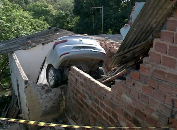 O carro do tipo Voyage invadiu as casas e feriu moradores. Foto: TV Clube/Reprodução