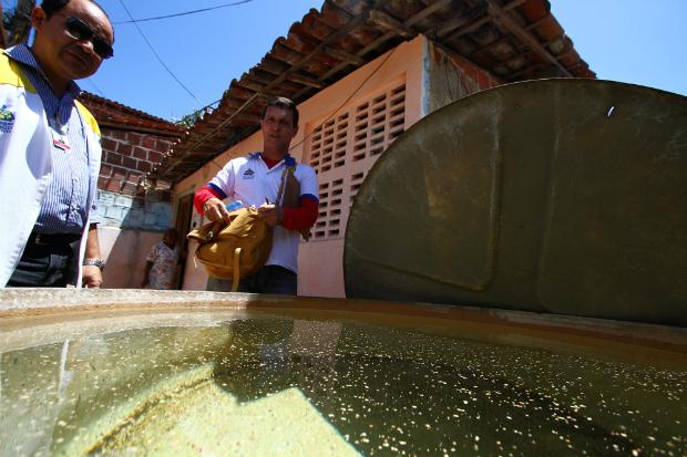 Agentes da PCR fazem vistorias em casas do bairro do Coque. Foto: Paulo Paiva/DP (Paulo Paiva/DP)