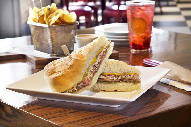 Sanduíche com pão ciabata com molho mostarda, carpaccio, queijo parmesão e molho de alcaparras é um dos destaques do cardápio. Foto: KRP/Divulgação