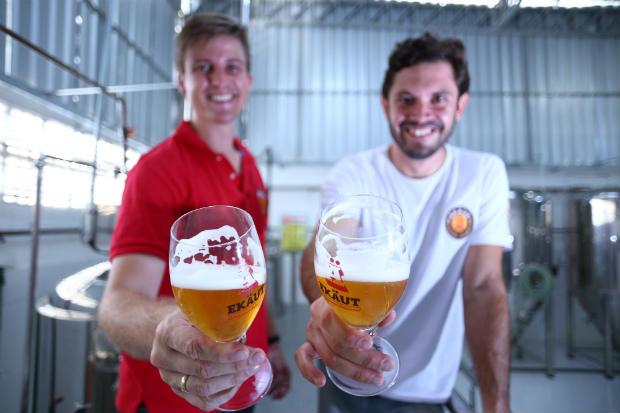Empresários Diogo Chiaradia e André Turton apresentaram ao mercado cervejeiro duas pilsners, inspiradas em receitas alemães e tchecas, e uma India Pale Ale. Foto: Peu Ricardo/Esp. DP