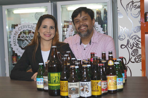 Newton César Neto e Manuela Kirzne comandam a Mestre Cervejeiro.com, em Boa Viagem, com extensa variedade de rótulos nacionais e internacionais. Foto: Breno Pessoa