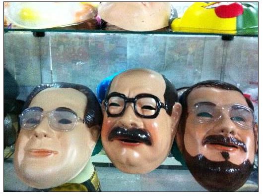 Máscaras de políticos são muito comuns no meio da folia. Foto:  Filipe Barros/Esp.DP/D.A Press.