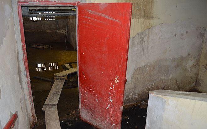 Espaço que acumula água e mosquitos fica no subsolo, ao final da escadaria que leva a todos os andares do prédio. Foto: Malu Cavalcanti/Esp. DP