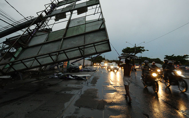 No Cais de Santa Rita, um outdoor caiu na rua. Um carro ficou amassado, mas não houve registro de feridos. Foto: João Velozo/Esp DP
