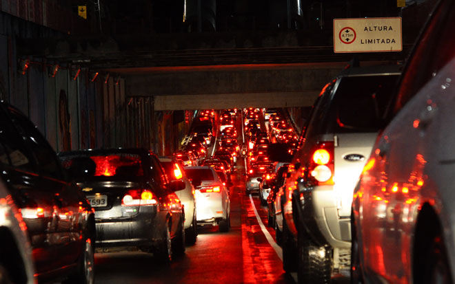 Sessenta semáforos apresentaram falhas devido às chuvas e travaram o trânsito no Recife. Foto: João Velozo/Esp DP