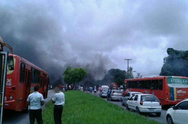 Pneus foram queimados em manifestação pela volta do serviço. Foto: PRF/Divulgação