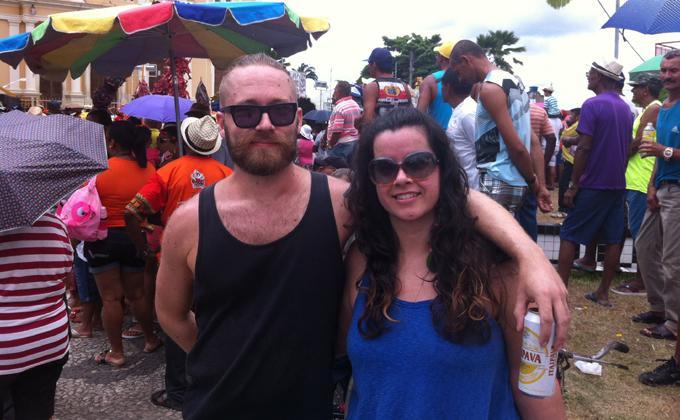 Este é o terceiro ano do casal Maria Cláudia, de São Paulo, e Aku Rosenquist, da Finlândia, no carnaval de Pernambuco e o primeiro em Nazaré da Mata. Foto: Emanuel Leite Júnior/DP