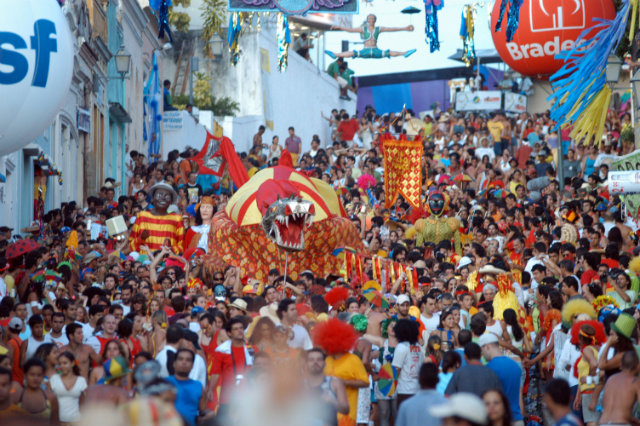 O Dragão do bloco Eu Acho e Pouco desfila pelas ruas de Olinda. Foto: Alcione Ferreira/DP/D A Press