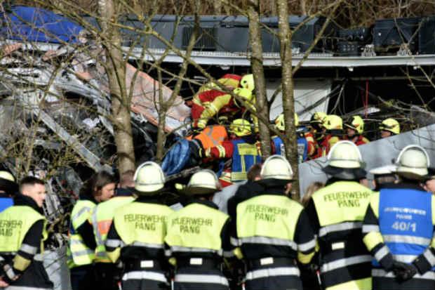 Socorristas observam os destroços dos trens que se chocaram. Foto: AFP Lukas BARTH