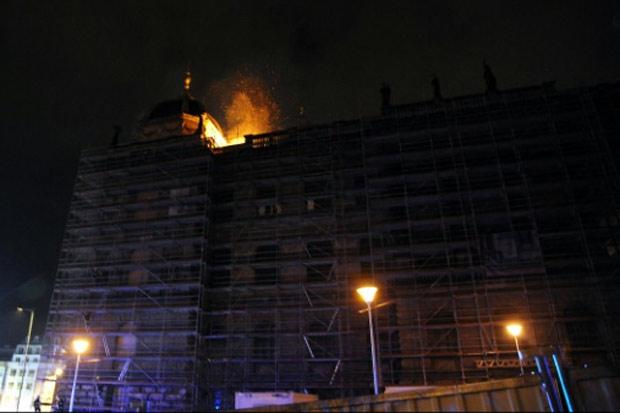 Um incêndio destruiu nesta sexta-feira parte do telhado do Museu Nacional tcheco, situado na famosa praça Wenceslau, no centro histórico de Praga, sem causar vítimas ou danos às obras de arte. Foto: HZS Praha/AFP/Handout