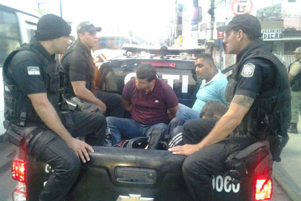 Os suspeitos e todo material apreendido foram encaminhados para a delegacia de Vitória. Foto: PM/ Divulgação