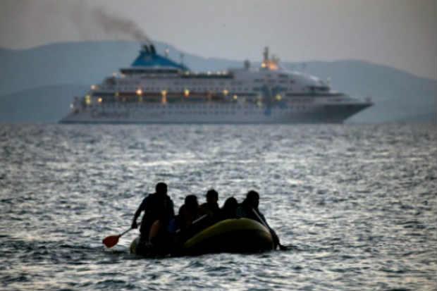 Imigrantes chegam de bote à ilha grega de Kos. Foto: Angelos Tzortzinis/AFP
