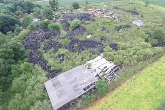 Vista aérea do depósito com milhares de pneus. Foto: Brigada Militar de Passo Fundo/RS