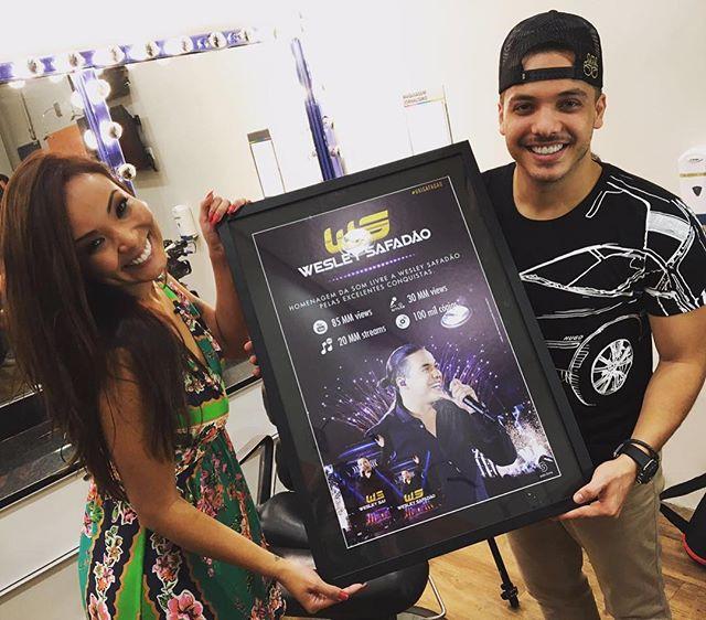 Carol Nakamura entrega disco de platina, por mais de 100 mil cópias vendidas do DVD Ao vivo em Brasília. Foto: Reprodução/Instagram