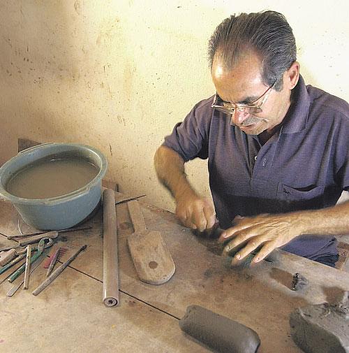 Discípulo de Mestre Vitalino, artesão começava a trabalhar às 5h, todos os dias. Foto: Glauco Spindola/ DP