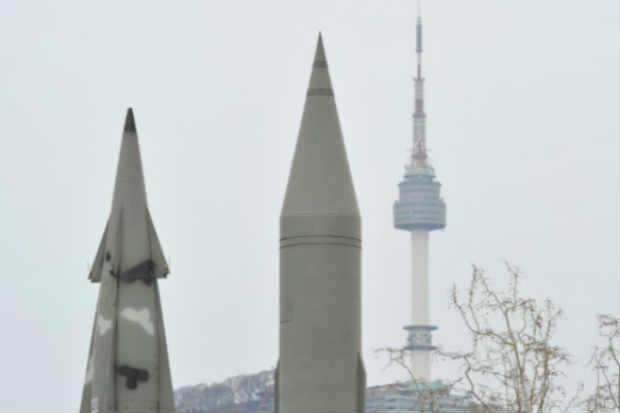 Réplica de míssil Scud norte coreano e míssil sul-coreano são expostos em museu de Seul. Foto: Kim Jae-Hwan/Arquivo/AFP