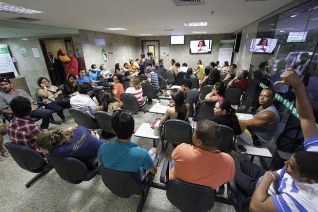 Emergencias dos hospitais particulares do Recife encontram-se lotadas de pacientes por causa da epidemia de arboviroses. Foto: Ricardo Fernandes/DP