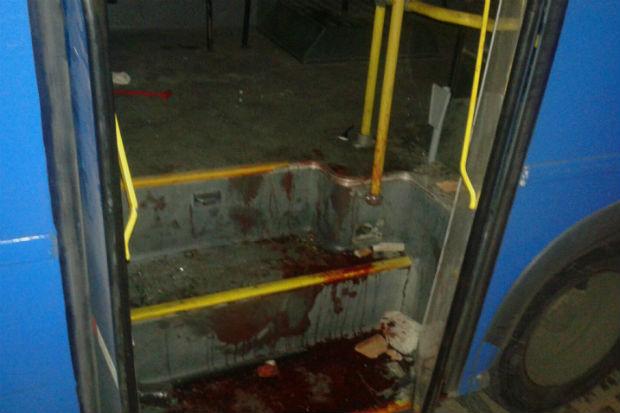 Marcas de sangue foram deixadas no coletivo: Foto: TV Clube/ Reprodução