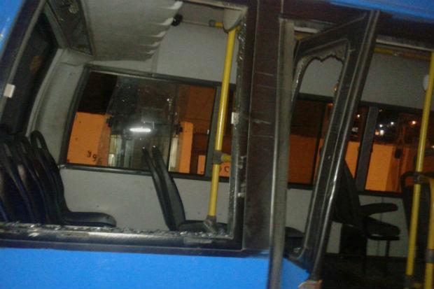 Janelas do ônibus foram quebradas a pedradas. Foto: TV Clube/ Reprodução