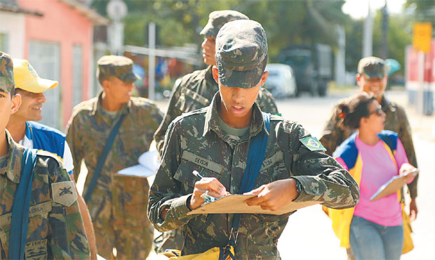 Nesta semana, 55 mil integrantes das Forças Armadas estão visitando casas e locais públicos para aplicar larvicida. Foto: Hesíodo Goes/ DP