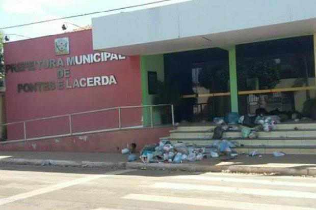 Após ato dos moradores, caminhão circulou pelos bairros recolhendo o lixo. (Foto: Arquivo pessoal)