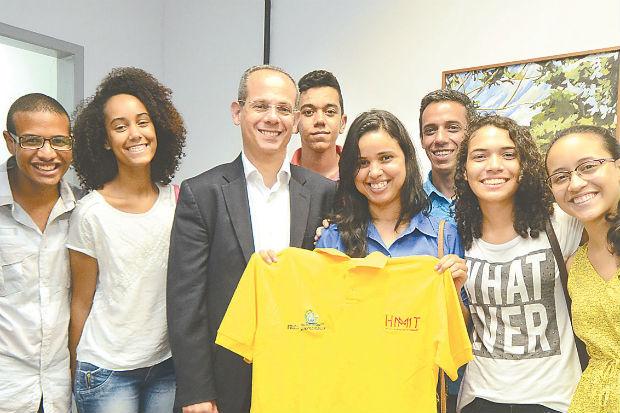 Secretário de Educação, Fred Amancio fez a entrega das passagens aéreas aos alunos que vão para a olimpíada. Foto: Ademar Filho/ Futura Press
