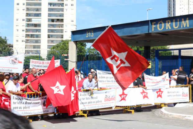 As provocações de parte a parte começaram assim que os dois grupos chegaram ao Fórum. Foto: Roberto Parizotti/ CUT.
