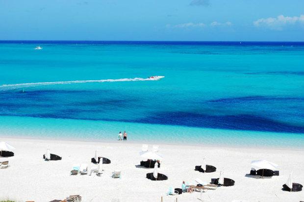 Vista da praia de Grace Bay, em Turks and Caicos, a melhor praia do mundo. (Foto: Ollie O./TripAdvisor/Reprodução)