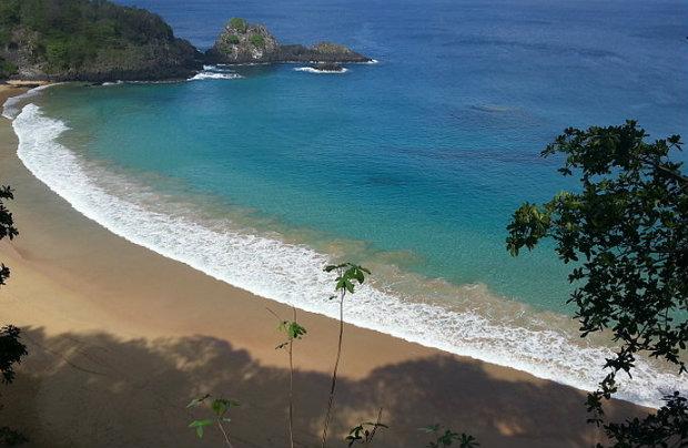 Baía do Sancho é a melhor praia do Brasil pelo terceiro ano consecutivo, mas perdeu o posto de melhor do mundo. (Foto: Augusto de Lima/Wikimedia/Reprodução)