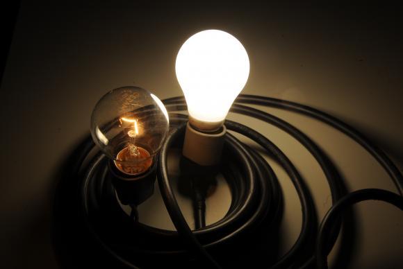 Para gastar menos, consumidor deve apagar luzes ao sair de um ambiente. Foto: Marcelo Casal Junior/Agência Brasil