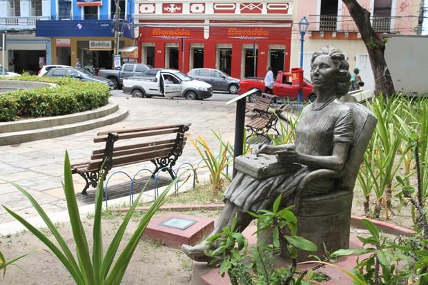 A escultura de Clarice Lispector integra o Circuito da Poesia, distribuído pelo Recife. Foto: Nando Chiappetta/Divulgação
